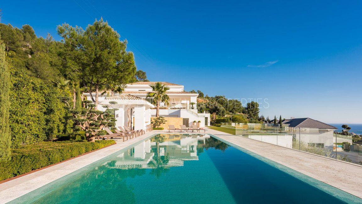 Infinity swimming pool with sea views in villa in Casaca de Camojan